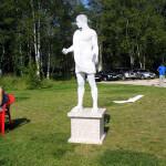 Живая статуя в парке. Фотография живой статуи в белом мраморе