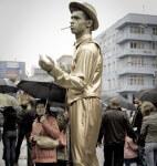 Живая статуя золотой мужчина