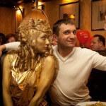 Живая статуя Ангел-девушка в золоте