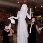 Живая статуя с кувшином