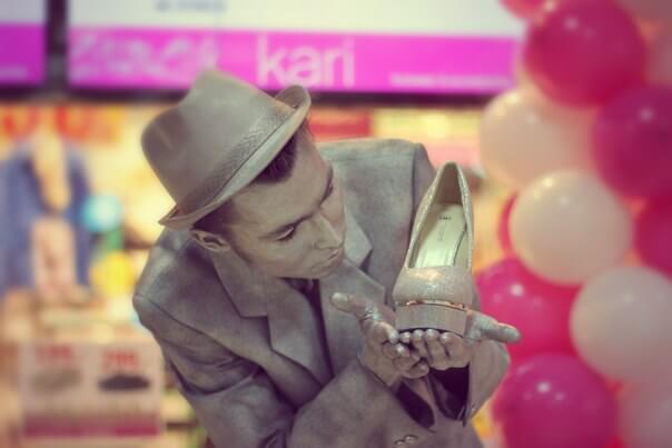 Артстатуи на акции магазина обуви и аксессуаров